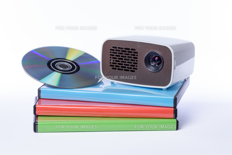 mini projector with dvd on dvd cases exempted before white backgroundの写真素材 [FYI00719772]