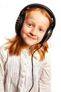 girl with headphones in lighter top viewの写真素材 [FYI00719878]