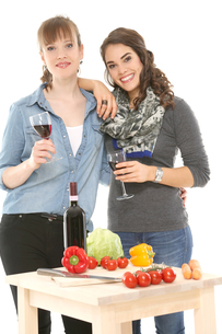 drink a glass of wine together girlfriendsの写真素材 [FYI00720341]