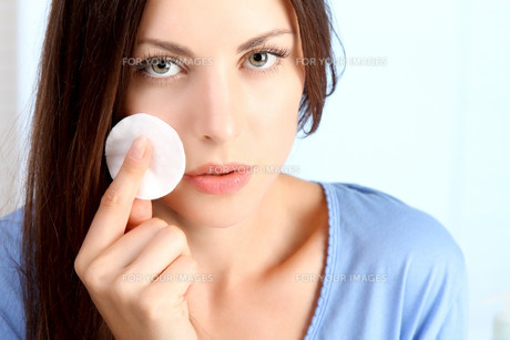 young woman cleans her faceの素材 [FYI00720737]