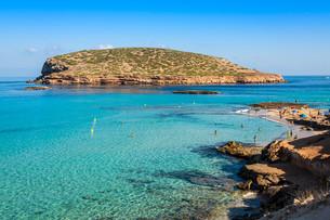 beautiful island and turquoise waters in cala conta,ibiza spainの写真素材 [FYI00720892]