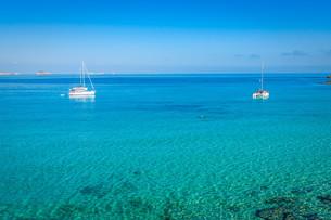 beautiful island and turquoise waters in cala conta,ibiza spainの写真素材 [FYI00720894]