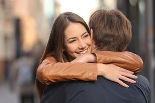 Couple hugging in the streetの写真素材 [FYI00721210]