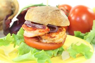 fresh healthy delicious shrimp burgersの写真素材 [FYI00721272]