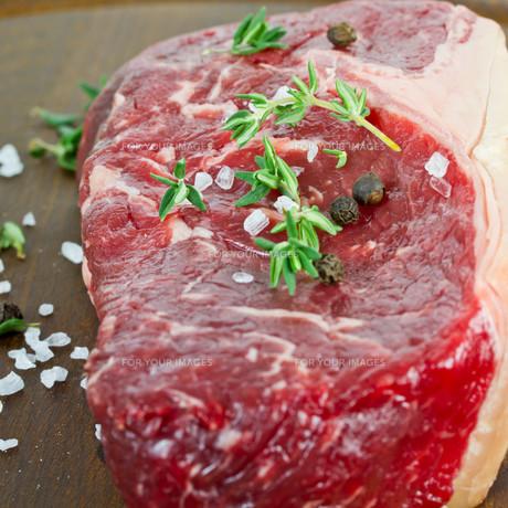 raw steakの写真素材 [FYI00721799]
