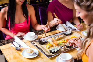 young people eating in chinese restaurantの写真素材 [FYI00721918]