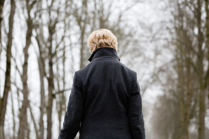 woman with depression runs in winterの写真素材 [FYI00721979]