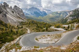 Pass road in Tre Cime National Park, Dolomites, Italian Alpsの写真素材 [FYI00722693]