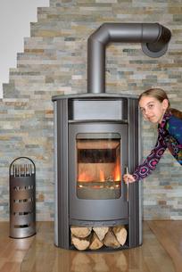 child open stove doorの写真素材 [FYI00724057]