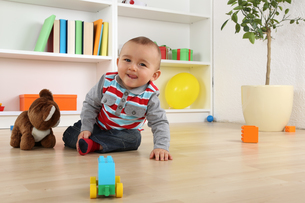 laughing baby boy child playing with toysの写真素材 [FYI00725269]