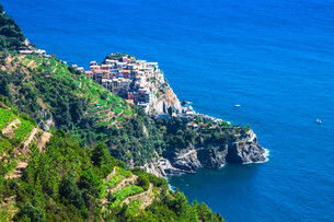village of manarola with the ferry,cinque terre,italyの写真素材 [FYI00725568]