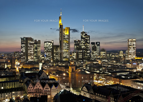 frankfurt skyline at nightの写真素材 [FYI00725923]