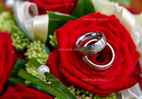 bridal bouquet with wedding ringsの写真素材 [FYI00726128]