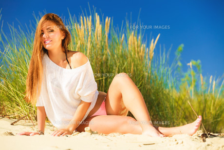 young woman posing in grassy duneの素材 [FYI00726160]