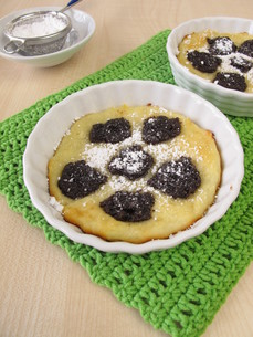 kleckselkuchen with poppy seeds and icing sugarの写真素材 [FYI00727745]