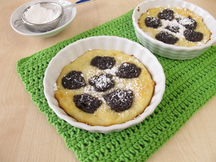 kleckselkuchen with poppy seeds and icing sugarの写真素材 [FYI00727746]