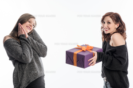 a girl handed her friend a giftの写真素材 [FYI00727987]