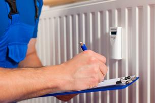 technician reads the heatingの写真素材 [FYI00728692]