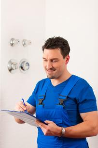 technician reads the water meterの写真素材 [FYI00728695]