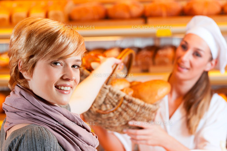 shop assistant with customer in a bakeryの写真素材 [FYI00728715]
