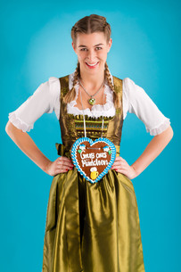 young woman in traditional dirndl dress orの写真素材 [FYI00728731]