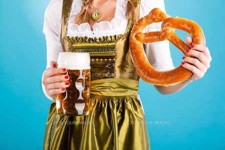 young woman in traditional dirndl or costumesの写真素材 [FYI00728735]