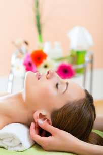 wellness - woman receiving head massage in spaの写真素材 [FYI00728747]