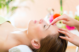 wellness - woman receiving head massage in spaの写真素材 [FYI00728749]