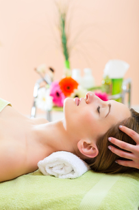 wellness - woman receiving head massage in spaの写真素材 [FYI00728755]