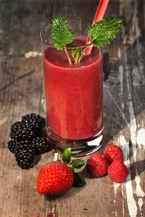 healthy red smoothieの写真素材 [FYI00728763]
