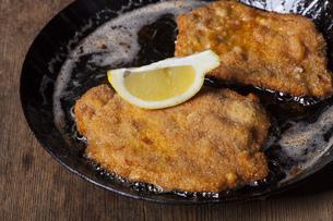 wiener schnitzel in a panの写真素材 [FYI00729314]