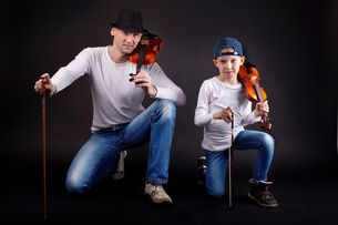 father and son with violinの写真素材 [FYI00729974]