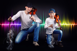 father and son with violinの写真素材 [FYI00729976]