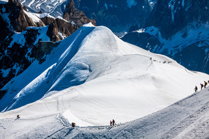 mont blanc,chamonix,french alps. france. - tourists climbing up the mountainの写真素材 [FYI00730685]