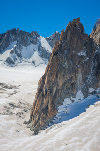 massif de mont blanc on the border of france and italy. in the foreground the ice field and crevasses of the valley blancheの写真素材 [FYI00732256]