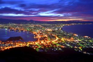 函館山展望台から夜明けの街明かりの写真素材 [FYI00735715]