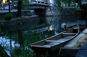 倉敷川に浮かぶ小船の写真素材 [FYI00735868]