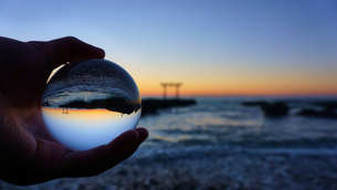 水晶玉に閉じ込められた大洗の鳥居の写真素材 [FYI00735911]