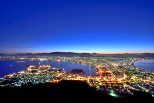 函館山展望台から函館港の夜明けの写真素材 [FYI00736100]