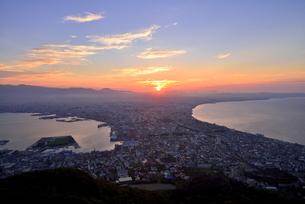 函館山展望台から夏至の日の出の写真素材 [FYI00736101]
