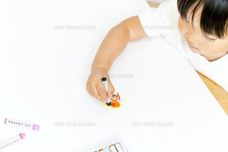お絵描きをする幼い女の子の写真素材 [FYI00736158]