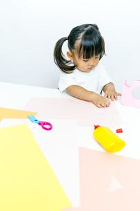 1人工作をする幼い女の子の写真素材 [FYI00736160]