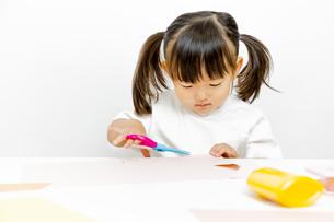 1人工作をする幼い女の子の写真素材 [FYI00736161]