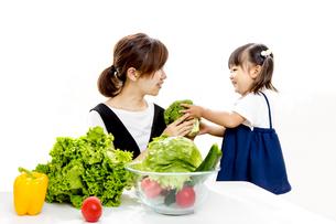 親子でサラダの準備をするイメージの写真素材 [FYI00736168]