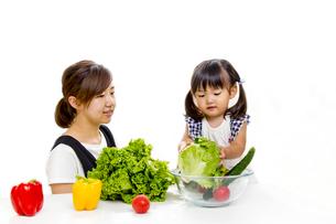 親子でサラダの準備をするイメージの写真素材 [FYI00736175]