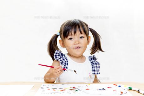 筆で絵を描く幼い女の子の写真素材 [FYI00736177]