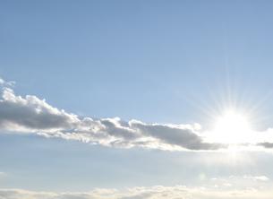 まぶしい太陽と青い空の写真素材 [FYI00736849]