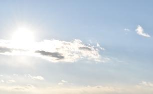 輝く眩しい太陽と青い空の写真素材 [FYI00736850]
