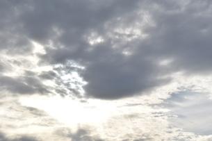 雲間から輝く日差しの写真素材 [FYI00736857]