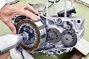 オートバイエンジンの整備の写真素材 [FYI00736954]